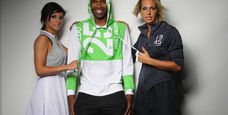 Bundesligaprofi Naldo (Mitte) mit den Wolfsburger Bundesliga-Fußballerinnen Lena Goeßling (rechts) und Selina Wagner. (Foto: VfL Wolfsburg-Fußball GmbH)